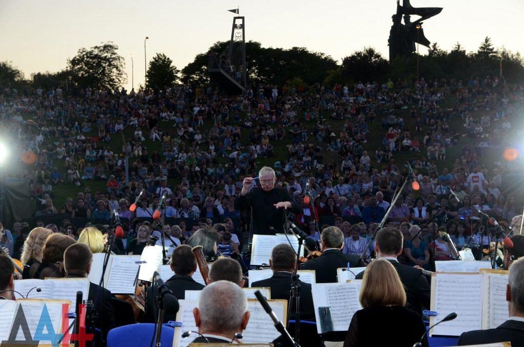 Под открытым небом на склонах парка Ленкома дал концерт симфонический оркестр Донецкой филармонии, фото-1
