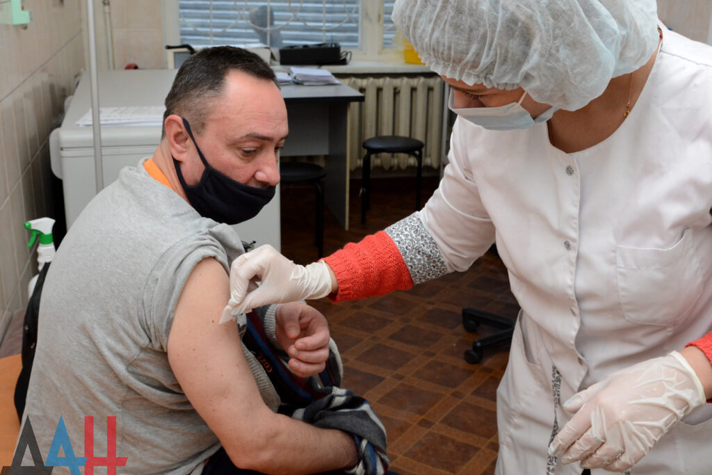 К вакцинации от коронавируса присоединились сотрудники крупнейших вузов ДНР , фото-1