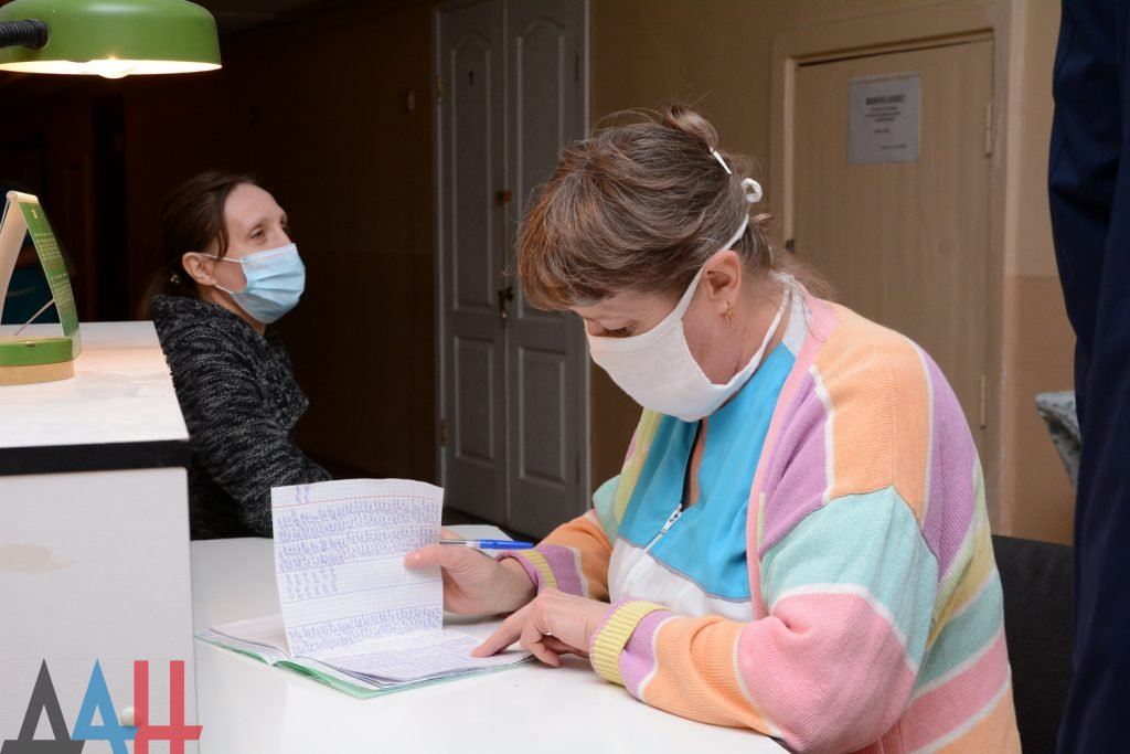 Более 930 человек, перенесших COVID-19 сняли с учета медики ДНР за сутки, фото-1